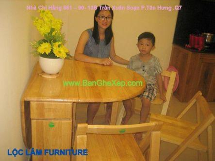 Khi mở một cánh của bàn ghế xếp ra, ta có thể ngồi bốn người cùng ăn cớm thân mật, thoải mái với  người thân con cái, gia đình trong tổ ấm của mình